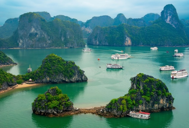 Ha Long Bay di Vietnam (touropia.com)