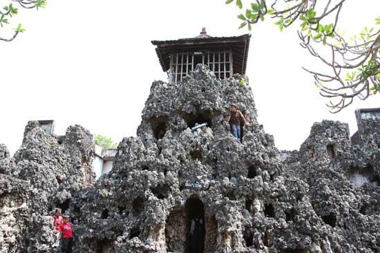 Menikmati Pesona Gua Sunyaragi di Kota Cirebon