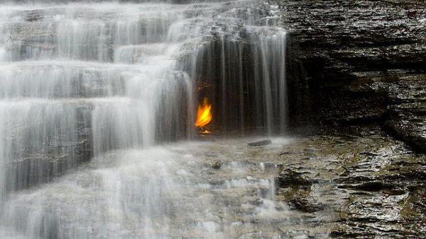 Penampakan Api Abadi di Balik Air Terjun