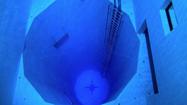Serunya Berenang di Kolam Renang Sedalam 30 Meter