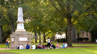 Legenda Monumen Maxcy di Universitas South Carolina