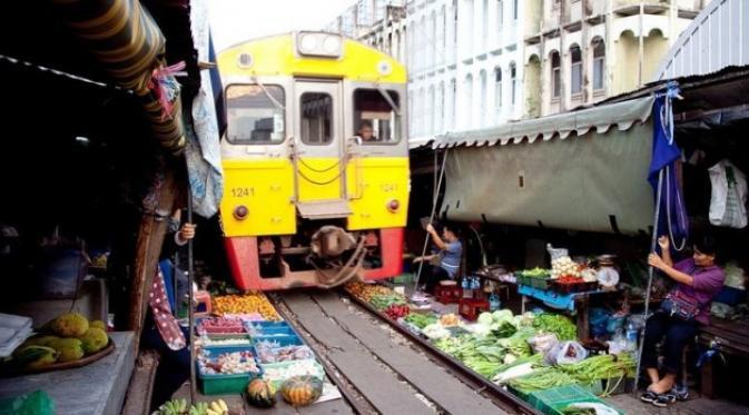 Pasar Maeklong, Sensasi Belanja Sembari Dikejar Kereta