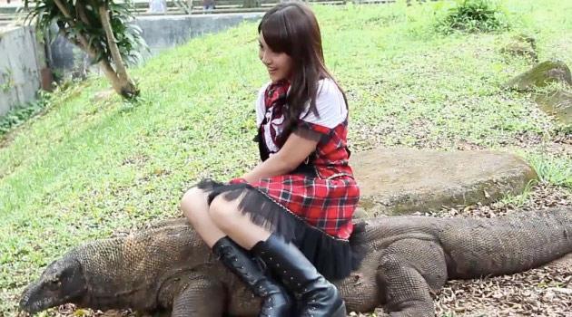 Wow, Nabilah JKT48 Selfie Bareng Komodo