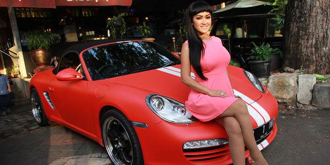 Wah, Kini Julia Perez Punya Mobil Porsche