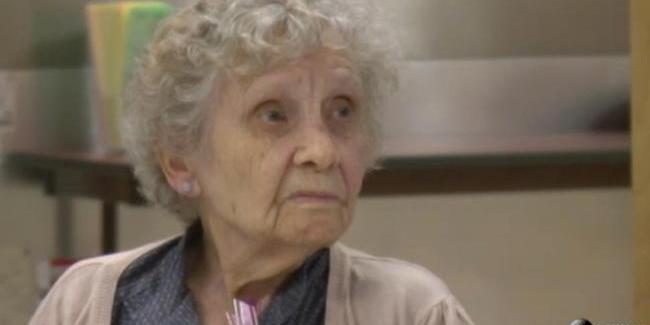 Setelah 75 Tahun, Nenek Ini Dapat Gelar Diploma yang Tertunda