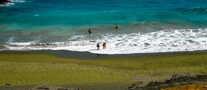 Unik! Pasir di Pantai Ini Berwarna Hijau