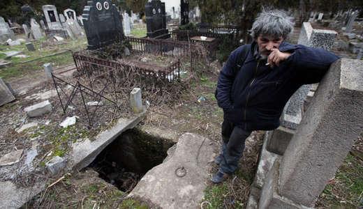 Pria Ini Tinggal di Lubang Kubur Selama 15 Tahun