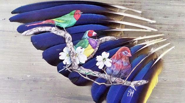Hebat! Wanita Ini Melukis di Kanvas Bulu Burung