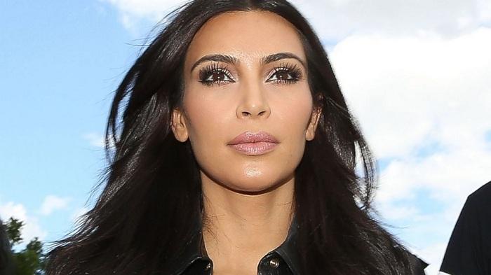 Sedang Jalan, Rok Kim Kardashian Nyaris Sobek