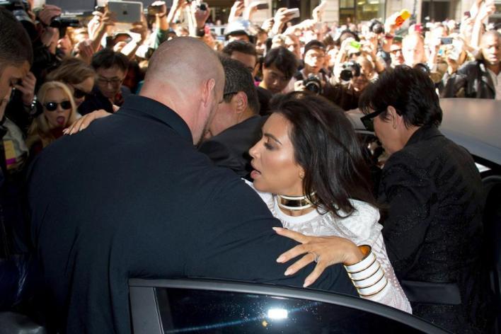 Kim Kardashian Diserang Pria Iseng di Paris Fashion Week