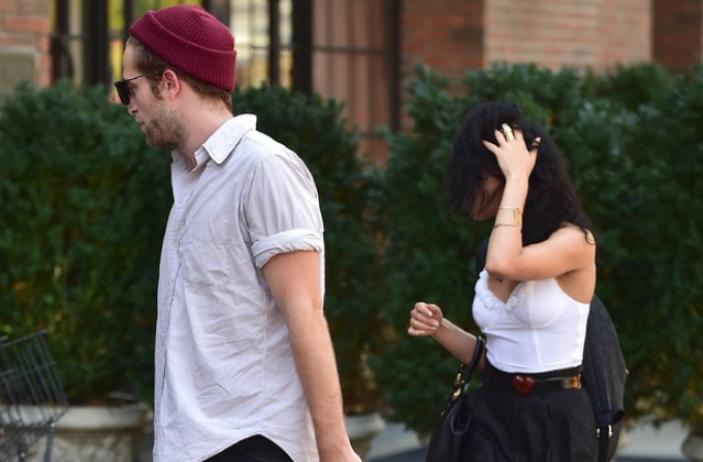 Robert Pattinson Pacari Penyanyi Inggris FKA Twigs?