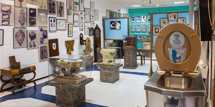 Lihat Kloset Kuno di Museum Toilet India