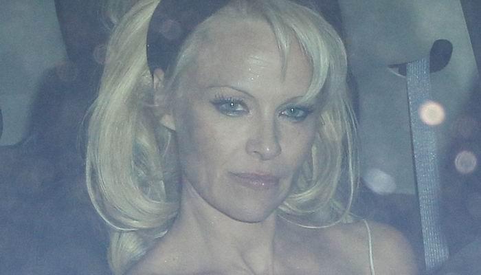 Gaun Melorot, Pamela Anderson Sukses Mencuri Perhatian