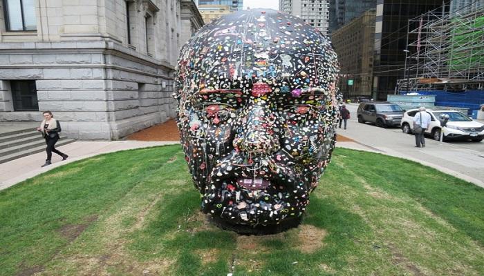 Seniman Membuat Patung Kepala dari Permen Karet Bekas