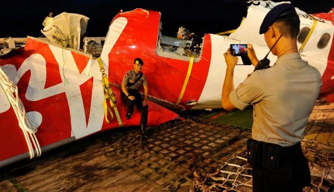 Foto Selfie Polisi di Bangkai AirAsia Banjir Kecaman