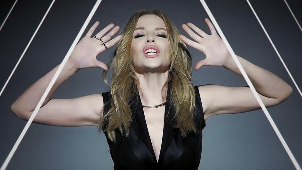 Kylie Minogue Pakai Gaun Indonesia di Video Klip