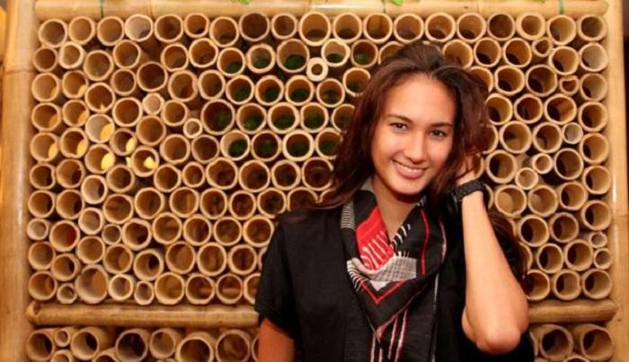 Nadine Chandrawinata Pungut Sampah Jelang Hari Bumi