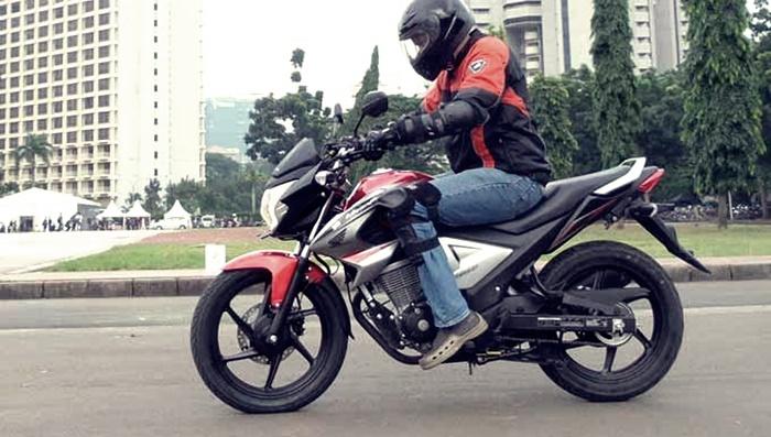 mengendarai sepeda motor