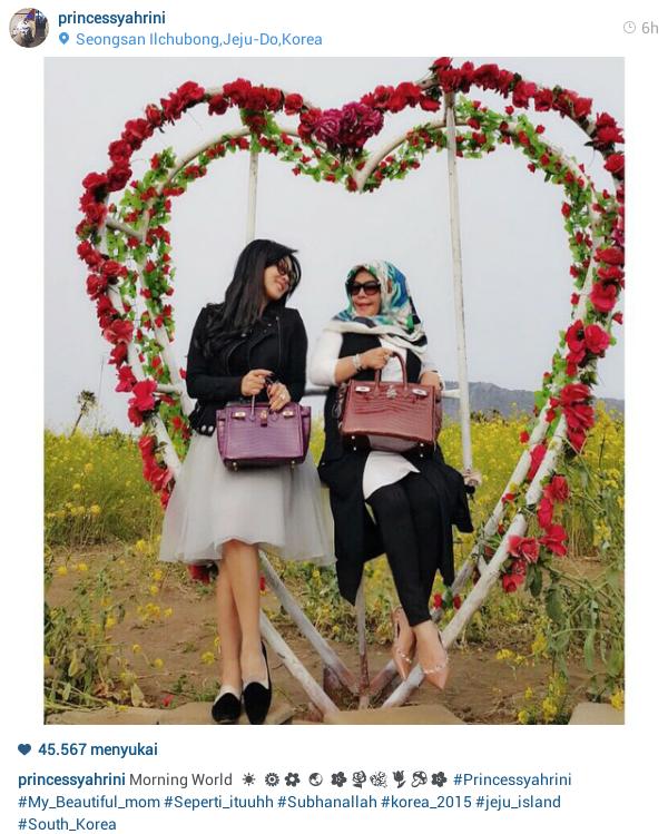 Syahrini bersama ibu berpose cantik di frame berbentuk hati di Jeju