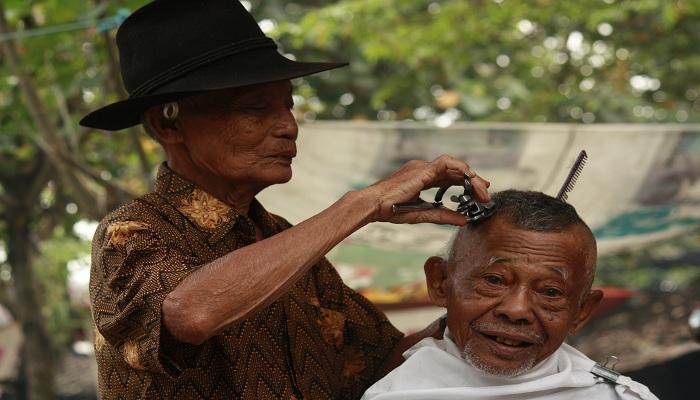 Sisi Lain dari Tukang Cukur Rambut