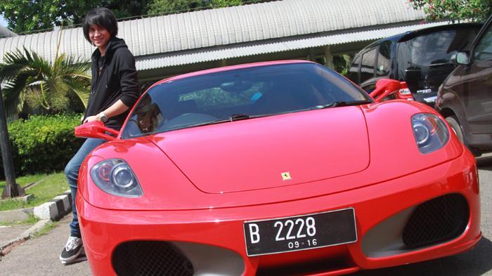Ferrari Kevin Aprilio Nyangkut di Gang Sempit