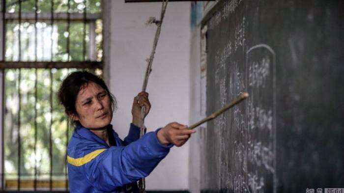 Guru Ini Tetap Mengajar Meski Harus Disokong Seutas Tali