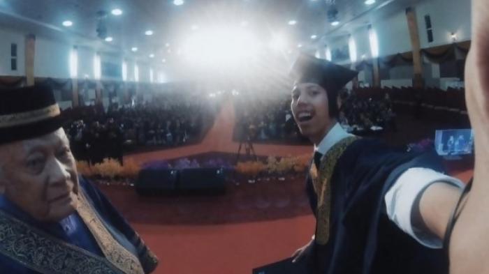 Ajak Rektor Selfie di Podium, Kelulusan Wisudawan Ini Ditunda