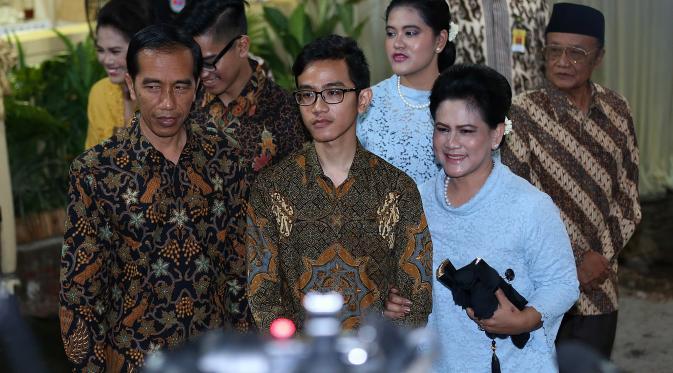 Gibran didampingi Presiden Jokowi dan Ibu Iriana (bintang)