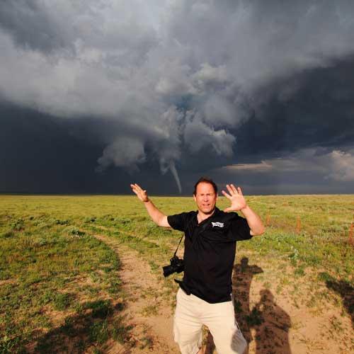 orang yang berburu tornado (static.dnaindia.com)