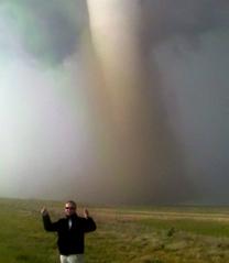 orang yang berburu tornado (www.stormchasing.com)