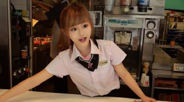 Restoran Cepat Saji Penuh Sesak Gara-gara Gadis Cantik Ini