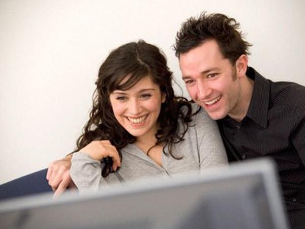 Nonton komedi bisa bikin hubungan menyenangkan (coupleto)