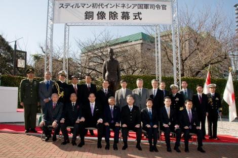 Kelompok Masyarakat Jepang Pecinta Indonesia berfoto bersama patung Jenderal Sudirman (Kaskus)