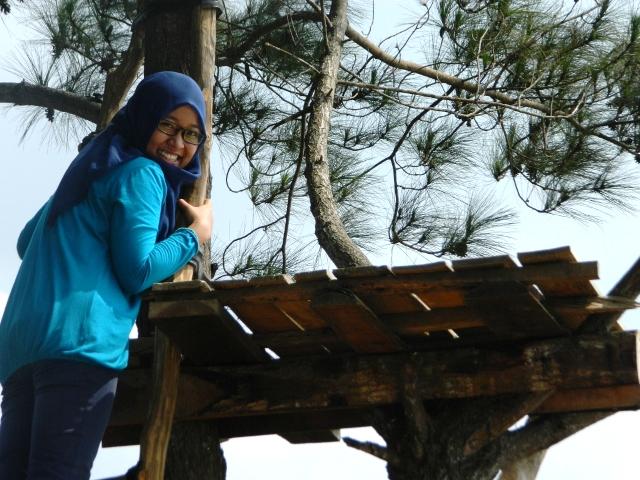 Agitna menaiki gardu pohon di puncak becici