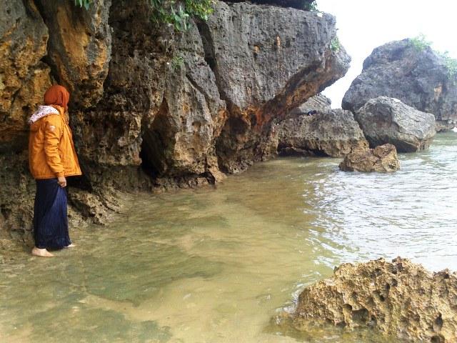 Menapaki batuan karang yang menawan