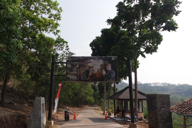 Gerbang Wisata Sejarah Guha Pawon