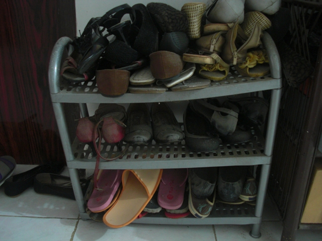 Tumpukan sepatu lama (Wajibbaca)