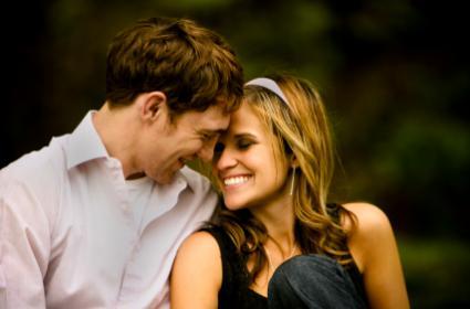 150727-425x280-Happy-couple-snuggling