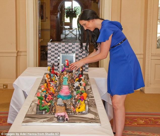 Debbie Wingham dan kue buatannya (Daily Mail)