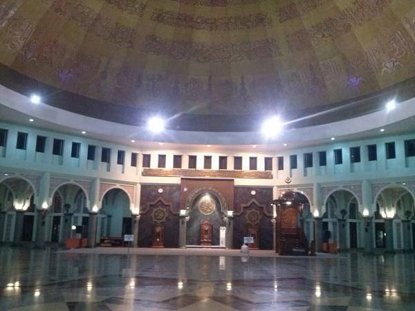 Bagian dalam Masjid Al-Azham (Kemenag)