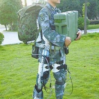 Peragaan exoskeleton oleh tentara Tiongkok (Wantchinatimes)