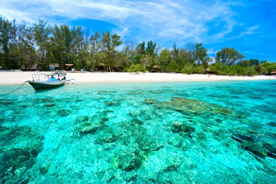 Pinggir pantai di Alor (www.vacation-rentals.com)
