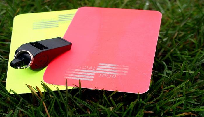 Kini Wasit Sepak Bola Punya Kartu Ketiga Selain Kartu Kuning dan Merah