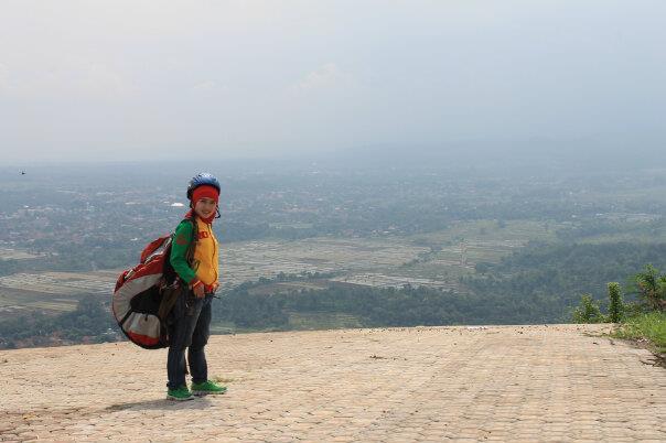 Amalia, Salah satu atlet paralayang yang siap siap terbang di kawasan Desa Sidamukti