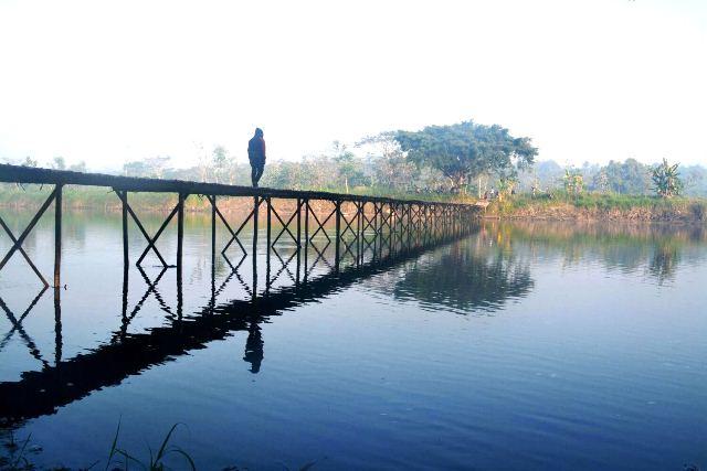 Potret menarik, Arie Widayanto (@ariwyo) di atas Jembatan Sesek Bantul