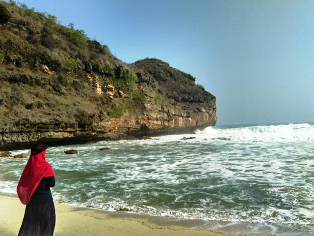 Pantai Mbutuh memiliki ombak yang besar gaes