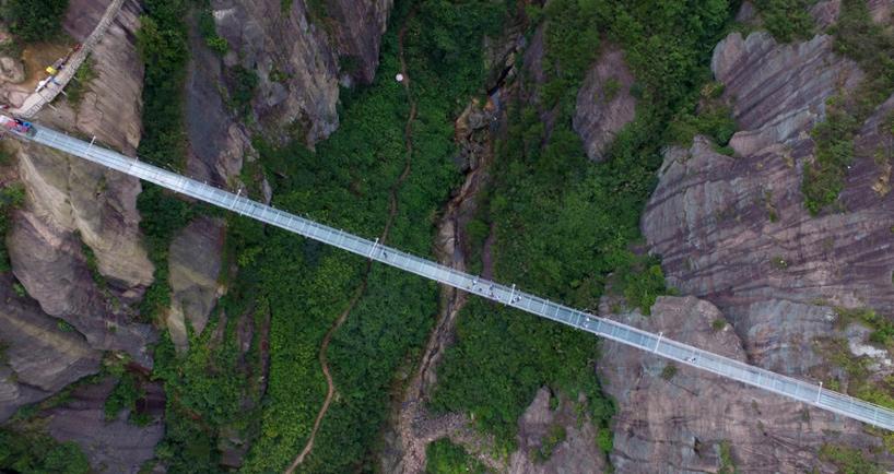Pacu Adrenalin dengan Berjalan di Jembatan Kaca Setinggi 180 Meter di China