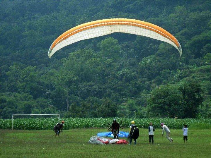 Para Atlet Berlatih Paralayang di Gunung Panten