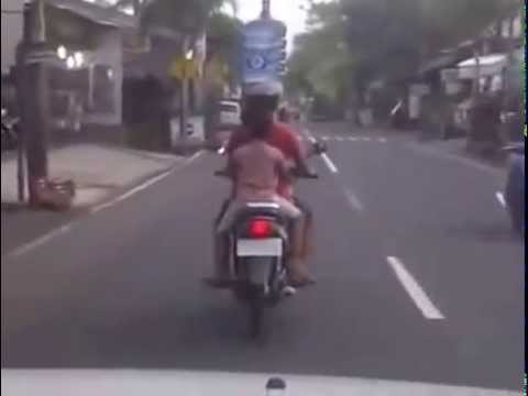 VIDEO: Sakti, Ibu-ibu Kendarai Motor Sambil Bawa Galon Air di Kepala