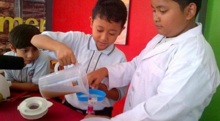Bikin Cairan Anti Rayap, Dua Bocah SD Semarang Terkenal Sampai Korea
